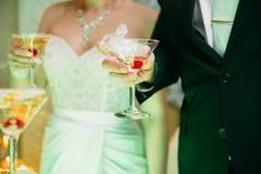 Jeunes mariés avec des verres de champagne dans sa main Image stock