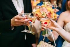 Jeunes mariés avec des verres de champagne dans sa main Photographie stock libre de droits