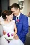 Jeunes mariés avec du charme de couples dans le portrait positif riant et véritablement de sourire de lobby Sentiments sincères,  Images stock