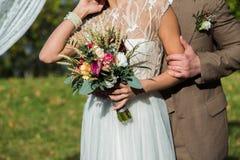 Jeunes mariés avec le bouqet Image libre de droits