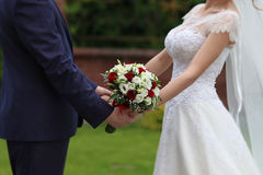 Jeunes mariés avec le bouquet Photographie stock
