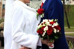 Jeunes mariés avec le bouquet, mariage, nouveaux mariés Images libres de droits