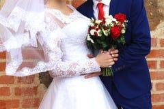 Jeunes mariés avec le bouquet, mariage, nouveaux mariés Photos libres de droits