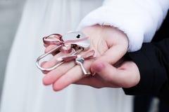 Jeunes mariés avec le cadenas de l'amour avec des clés Photos libres de droits