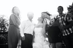 Jeunes mariés avec leurs amis Photographie stock libre de droits
