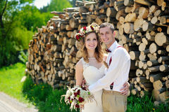 Jeunes mariés avec un bouquet de mariage pour une promenade photographie stock libre de droits