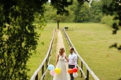 Jeunes mariés ayant l'amusement avec des baloons Photos libres de droits