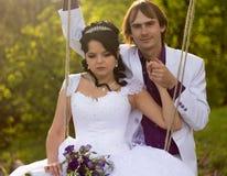 Jeunes mariés balançant sur une oscillation image stock