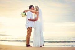 Jeunes mariés, belle plage tropicale au coucher du soleil, mA romantique Photographie stock