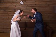 Jeunes mariés criant à l'un l'autre image libre de droits