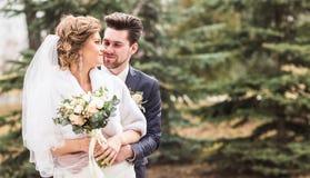 Jeunes mariés d'amants dans le jour d'hiver Image stock