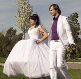 Jeunes mariés d'amour de couples ensemble dans le mariage Images libres de droits