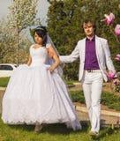 Jeunes mariés d'amour de couples ensemble dans le mariage Photo stock