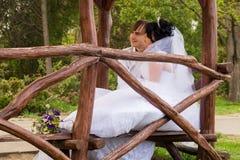 Jeunes mariés d'amour de couples posant se reposer dessus Images libres de droits