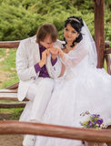 Jeunes mariés d'amour de couples posant se reposer dessus Image libre de droits