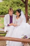 Jeunes mariés d'amour de couples posant se reposer dessus Photo stock