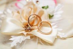 Jeunes mariés d'anneaux d'or de mariage image stock