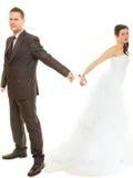 Jeunes mariés dans des menottes utilisant des équipements de mariage Image libre de droits