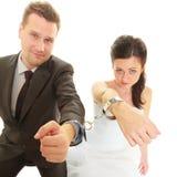 Jeunes mariés dans des menottes utilisant des équipements de mariage Images libres de droits