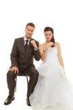 Jeunes mariés dans des menottes utilisant des équipements de mariage Image stock