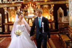 Jeunes mariés dans l'église Images stock