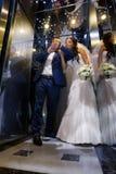 Jeunes mariés dans l'ascenseur Photographie stock libre de droits