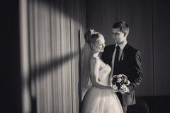 Jeunes mariés dans l'intérieur moderne en noir et blanc Photos libres de droits