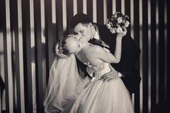 Jeunes mariés dans l'intérieur moderne en noir et blanc Photographie stock