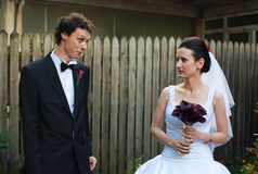 Jeunes mariés dans la cour Image stock