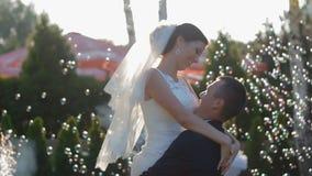 Jeunes mariés dans la danse de mariage banque de vidéos