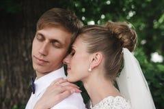 Jeunes mariés dans la forêt photographie stock libre de droits
