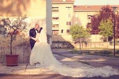 Jeunes mariés dans la ville Image libre de droits