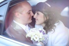 Jeunes mariés dans la voiture photos libres de droits