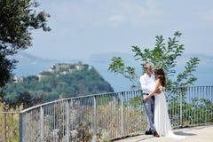 Jeunes mariés dans le jour du mariage à Naples Image stock