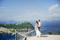 Jeunes mariés dans le jour du mariage à Naples, Italie Photographie stock libre de droits