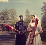 Jeunes mariés dans le masque d'hockey, famille maniaque images stock