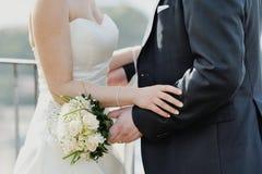 Jeunes mariés dans le moment romantique dans le jour du mariage Images stock