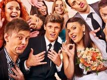 Jeunes mariés dans le photobooth Photographie stock libre de droits