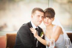Jeunes mariés dans le restaurant Photographie stock libre de droits
