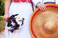 Jeunes mariés dans le style ukrainien avec le chapeau de paille traditionnel Images stock
