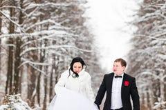 Jeunes mariés dans les bois d'hiver photographie stock