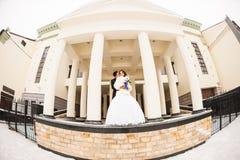 Jeunes mariés dans un hiver image libre de droits