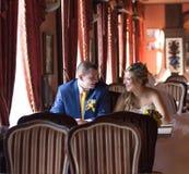 Jeunes mariés dans un restaurant photo libre de droits