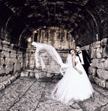 Jeunes mariés dans une belle étreinte légère de participation Photos stock