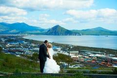Jeunes mariés de ciel bleu Photographie stock libre de droits