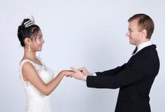 Jeunes mariés de métis dans le studio photo stock