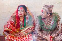 Jeunes mariés de Nepali dans le mariage, mariage indou photographie stock