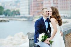 Jeunes mariés de sourire heureux de couples dans le jour du mariage à Naples, Italie Photographie stock