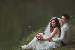 Jeunes mariés dessus Images libres de droits