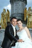 Jeunes mariés devant la fontaine Photographie stock